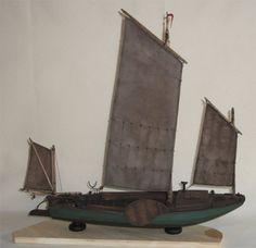 Dielenschiff um 1870 -  Das Dielenschiff von der Unterweser war ein Fischereifahrzeug. Es wurde aber auch für den Heu- und Sandtransport verwendet. Als reines Frachtschiff war es vorne zu einem Viertel der Länge eingedeckt. Diese Bauart war zwischen Bremerhaven und Nienburg an der Weser verbreitet.  Modellmaßstab: 1:25  Maße des Originals: Länge: 8,00 m Breite: 2,75 m