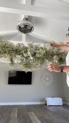Hanging Wedding Decorations, Wedding Centerpieces, Wedding Table, Hanging Flowers Wedding, Floral Arrangements, Diy Wedding Flower Arrangements, Hanging Flower Arrangements, Hanging Centerpiece, Creative Flower Arrangements