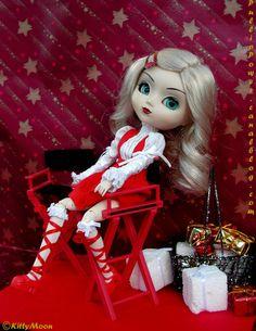 Pullip rubia con ropa roja y blanca