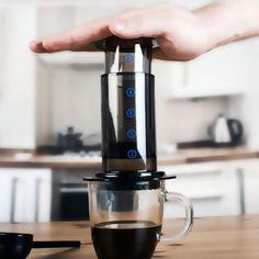 Esta cafetera económica y portable produce un café de cuerpo completo una bebida concentrada y con un sabor intenso es la mejor opción si quieres darle una gran personalización a tu manera de preparar café. #aeropress #buencafé #portable #cafeterageek #amantesdelcafe http://ift.tt/1Vbg53z