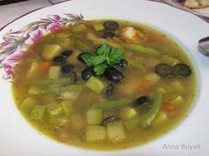 Суп овощной с чечевицей зеленая чечевица - 100 гр.,  морковь (большая) - 1 шт.,  картофель - 3-4 шт.,  кабачок или цуккини - 1 шт.,  стручковая фасоль -  лук (крупный) - 1 шт.,  чеснок - 2 зубчика,  маслины - 100 гр.,  сливочное или оливковое масло - 2 ст.л.,  куркума, соль, перец - по вкусу,  зелень для подачи.