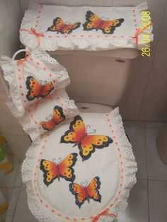 Resultado de imagen para juego de baño Bathroom Crafts, Butterfly Quilt, Free Machine Embroidery Designs, Fabric Decor, Black Handbags, Soft Furnishings, Bathroom Accessories, Decoration, Diy And Crafts
