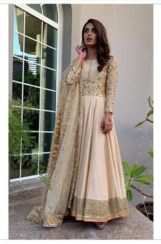 dresses to wear to a wedding suits celebrity Shadi Dresses, Pakistani Formal Dresses, Indian Gowns Dresses, Indian Fashion Dresses, Pakistani Dress Design, Indian Designer Outfits, Indian Outfits, Pakistani Couture, Frock Fashion