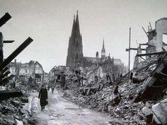 Im Hintergrund stand noch der berühmte Kölner Dom, dessen Kirchturm in den Himmel noch ragte. Der Rest der Stadt lag aber in Schutt und Asche.