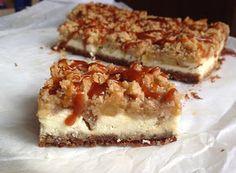 VÍKENDOVÉ PEČENÍ: Cheesecake s jablky, drobenkou a slaným karamelem