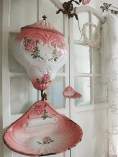 Shabby Chic Home Decor Style Shabby Chic, Shabby Chic Cottage, Shabby Chic Decor, Service Assiette, Decoration Chic, Fru Fru, Vintage Enamelware, Little Flowers, Rock Crafts