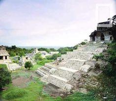 No que restou das cidades maias,os arqueólogos encontraram vestígios de observatórios astronômicos,entre os quais o mais importante é o El caracol,na cidade de Chichén Itzá, praças de recreação,espaços para jogos de bola e uma bem elaborada infra-estrutura urbana.Nas esculturas,em estilo naturalista,chama atenção a profusão de elementos que se harmonizam com surpreendente senso de proporção. A serpente é a representação mais encontrada em ruínas de palácios, estádios e pirâmides....