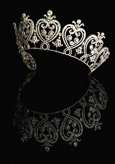 The Manchester Tiara, French, Designed by Cartier. Accepted by HM Government in lieu of Inheritance Tax and allocated to the V & A Museum, Photo: Angela Moore. Royal Crowns, Royal Tiaras, Tiaras And Crowns, Royal Jewelry, Vintage Jewelry, Fine Jewelry, Family Jewels, Circlet, Crown Jewels