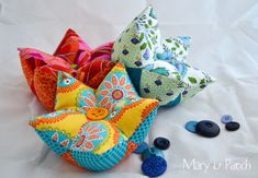 Learn how to make a five pointed star pin cushion / tutorial Sewing Hacks, Sewing Crafts, Sewing Projects, Clothespin Bag, Five Pointed Star, Quilted Gifts, Sewing Pillows, How To Make Pillows, Hand Quilting