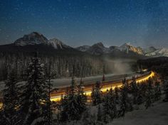 """Un train de marchandises au niveau de la célèbre """"Courbe de Morant"""", le long de la rivière Bow – gelée – dans le Parc national Banff, près d..."""