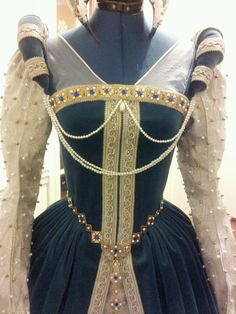 Tudor Gown, Lovely With The Historically Correct Neckline. Maybe A Costume Idea For Wearing At The Renaissance Festival. Mode Renaissance, Costume Renaissance, Medieval Costume, Renaissance Fashion, Renaissance Clothing, Medieval Dress, Elizabethan Fashion, Tudor Fashion, Elizabethan Gown