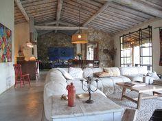 Casa de campo em Tiradentes, Brasil. Trata-se de um imóvel rural O terreno é composto por uma casa principal (com uma cama kingsize, uma cama de viúvo e dois banheiros) , um chalé de hóspedes (suite com uma cama queen).A casa principal conta com uma bela varanda voltada para o vale. ...