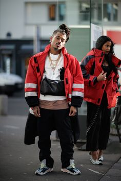 Photographer Eva Al Desnudo shoots attendees outside Virgil Abloh's OFF-WHITE's show in Paris. See what they wore here. 1950s Jacket Mens, Cargo Jacket Mens, Grey Bomber Jacket, Green Cargo Jacket, Great Mens Fashion, Cool Street Fashion, Men's Fashion, Khaki Parka, Jacket Images