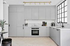 IKEA Veddinge glans vil den bli for blå mot beige? Home Decor Kitchen, Kitchen Furniture, Kitchen Interior, Grey Kitchens, Home Kitchens, Kitchen Models, Minimalist Kitchen, Modern Kitchen Design, Decoration