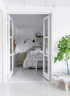 60-luvun mökki Karjalohjalla   Meillä kotona Country Life, Oversized Mirror, Shabby Chic, Inspiration, Cottage, Bedroom, Furniture, Design, Home Decor