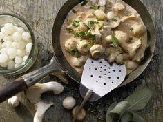 Vegetarisch, herbstlich, lecker: Pilzpfanne à la Crème mit Schnittlauch und Salbei - smarter - Kalorien: 236 Kcal - Zeit: 20 Min.   eatsmarter.de