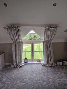 tolle ideen wie sie ihr dreiecksfenster verdunkeln gardinen dachschr ge und vorh nge. Black Bedroom Furniture Sets. Home Design Ideas