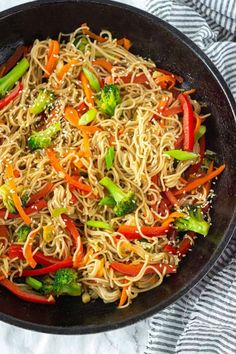 recipes for two This flavorful vegetable lo mein is so easy to prepare, healthy and the bonus is it vegan and gluten-free. Made with gluten-free ramen noodles stir-fried with carrots, spinach, pepper, and a delicious lo mein sauce. Gluten Free Ramen Noodles, Vegan Stir Fry Noodles, Vegetable Stir Fry Noodles, Clean Eating Snacks, Healthy Eating, Dinner Healthy, Easy Vegetarian Dinner, Breakfast Healthy, Vegetarian Breakfast