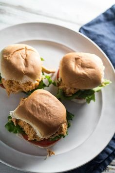 Game day doesn't have to be stressful with these slow cooker buffalo chicken sliders. They are healthy, easy and only 4 SmartPoints on Weight Watchers. Slow Cooker Pasta, Slow Cooker Recipes, Cooking Recipes, Healthy Recipes, Game Day Snacks, Game Day Food, Pasta Fagioli Recipe, Buffalo Chicken Sliders, Slider Buns
