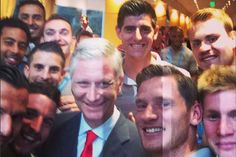 Royale selfies: koning Filip viert mee met de Rode Duivels | King Philip of Belgium celebrating with the national soccer team Belgian Red Devils, after winning the world cup 2014 match against Russia. Maracana Stadium, Rio de Janeiro, Brasil. June, 22, 2014.