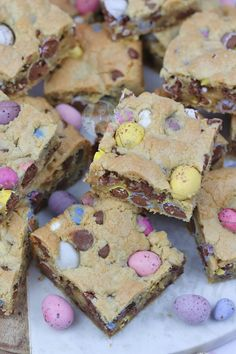 Yummy Mini Egg & Chocolate Chip Cookie Traybake perfect for Easter. Mini Egg Cookie Bars are my new Favourite! SO, today is the second. Mini Egg Recipes, Easter Recipes, Baking Recipes, Sweet Recipes, Easter Food, Easter Treats, Yummy Recipes, Mini Eggs Cookies, Easter Cookies