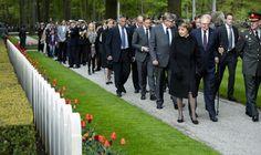 Rhenen, 4 mei 2015: Prinses Margriet, prof.mr. Pieter van Vollenhoven en Prins Pieter-Christiaan komen aan op de begraafplaats Militair Ereveld Grebbeberg voor Dodenherdenking.
