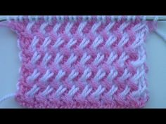 beautiful R 1 toate roz R 2 (pe dos) (se lucreaza cu firul alb) se executa 1 roz(se ia nelucrat); 2 albe R 3 (pe fata) se executa o incrucisare spre staga a ochiului roz cu cele 2 ochiuri albe si dupa aceea albele se lucreaza cu alb iar rozul se lasa in asteptare R 4 (pe dos) (se ia firul roz in lucru)se executa 2 roz; 1 alb(se ia nelucrat)