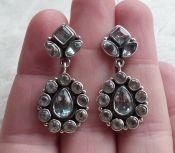 Zilveren edelsteen oorbellen gezet met facet blauwe Topazen
