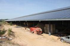 Après la ferme-usine des 1000 vaches, celle des 4000 veaux ? C'est ce qui se dessine au cœur du Charolais, où un agriculteur prépare un centre géant de jeunes bovins destinés à l'exportation. La filière bovine soutient le projet mais militants, paysans, et riverains se mobilisent contre lui.   Digoin (Saône-et-Loire), reportage   On pourrait prendre la construction pour un parking, une grande halle, ou encore un site de stockage logistique… Mais non, c'est un bâtiment agricole fermé d'un…