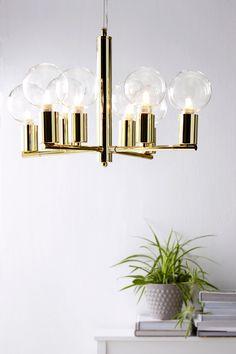 Taklampa av metall för 8 lampor. Ø 48 cm. Höjd 33 cm. Transparent tvinnad sladd, sladdlängd 1,4 m. Vajer av metall 1,2 m för justering av höjden. Takkontakt. Stor sockel E27, max 60W. Ljuskällor ingår ej. Olika typer av glödlampor har stor påverkan på stil och utseende hos lampan. Prova!