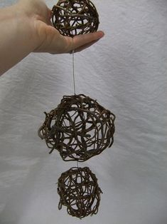 Weaving Willow spheres - DIY - I bet I can do this with some of the stinking vines that grow everywhere! Flax Weaving, Willow Weaving, Paper Weaving, Diy Wedding Magazine, Victorian Crafts, Weaving For Kids, Cute Crafts, Diy Crafts, Willow Branches