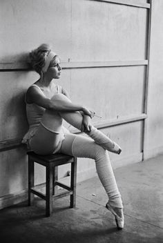 love this shot of the incredibly stunning Bridgette Bardot ~ I had never known that she was accepted to the Conservatoire de Paris for dance, where she focused on ballet for years before venturing into different work as a model
