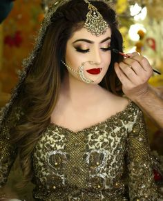 Alizeh tahir looks dazzling in KAHSEE'S signature bridal makeover with kashee's bridal outfit. The antique dull work looks more inhanced… Pakistani Bridal Hairstyles, Pakistani Bridal Makeup, Bridal Mehndi Dresses, Pakistani Dresses, Wedding Dresses, Bridal Gowns, Wedding Eye Makeup, Bridal Makeup Looks, Bride Makeup