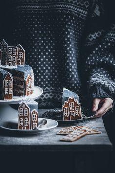 Gingerbread Village Cake – Call Me Cupcake - Christmas Desserts Cupcake Christmas, Noel Christmas, Christmas Desserts, Christmas Treats, Christmas Baking, Christmas Cookies, Xmas, Christmas Recipes, Christmas Gingerbread