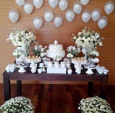 Faça um arranjo de balões a gás com alturas diferentes pra dar um look diferente à mesa de doces. Gostou? Tem muito mais dicas nos nossos painéis aqui no Pinterest. www.tudodebem.com.br