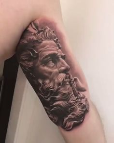 A tattoo of a bust of a Greek, created by the incredible artrista Camilo Tuero (camilotuero.the tattoo) of the state of São Paulo. Badass Tattoos, Great Tattoos, Life Tattoos, Body Art Tattoos, Tattoos For Guys, Japanese Sleeve Tattoos, Best Sleeve Tattoos, Sleeve Tattoos For Women, Type Tattoo