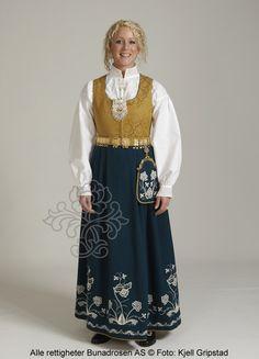Follobunad til dame - BunadRosen AS Folk Fashion, Ethnic Fashion, Folk Costume, Costumes, Folk Style, Looking Gorgeous, Norway, Traditional, Clothes