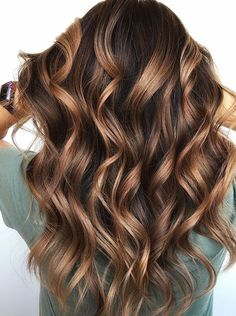 Caramel chocolate hair color ideas for long waves Locks in 2019 Caramel chocolat Blonde Ombre Hair, Brown Hair Balayage, Hair Color Balayage, Hair Highlights, Brunette Hair With Highlights, Cabello Color Chocolate, Hair Color Caramel, Chocolate Color, Chocolate Drizzle