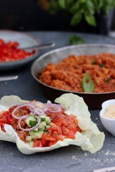 Vegetarisk Taco Tacos #chili #gryta #röra RECEPT INGREDIENSER; 1 gullök 2 morötter 1 pkt krossade tomater eller hemgjord tomatsås 1-2 vitlöksklyftor 2 dl röda linser 2-3 msk tacokrydda ••••• 1. Koka linser 2. Skala och hacka morot i små bitar, stek sedan på låg värme 3. Häll i de kokade linserna, tacokrydda och krossad tomat i stekpanna 4. Smaka av och krydda mer ifall det behövs. 5. Servera #vegansk #tacofärs i spetskål eller tortilla #pitabröd. Taco Chili, Tortilla Wraps, Guacamole, Mexican, Dinner, Ethnic Recipes, Food, Chili Con Carne, Dining
