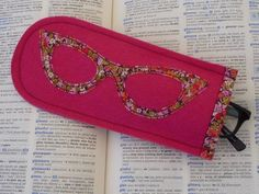 make felt glasses cases Applique Stitches, Wool Applique, Felt Bookmark, Felt Case, Felt Gifts, Felt Patterns, Mother's Day Diy, Free Machine Embroidery, Clothes Crafts