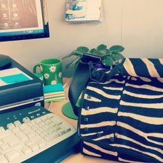 Dolors y su nuevo Snailbag Amazonas Zebra en la oficina. ¡Comer de tupper está de moda! #Snailbag #lunchbag #tuppertime #tupper #healthy #moda #chic #MadeInSpain #ShopOnline http://www.snailbag.es/shop/el-lado-salvaje/bolsa%20porta%20alimentos%20isotermica%20para%20tuppers/lunchbag-bolso-porta-alimentos-isotermico-snailbag-snailbag-amazonas-zebra/
