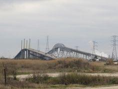 """Rainbow Bridge  Port Arthur, Texas construit en 1936 et achevée le 8 Septembre, 1938 La ville à proximité de Prairie View a pris le nom de """"Bridge City"""" en réponse. Initialement baptisée le Pont de Port Arthur-Orange, il a reçu son nom actuel en 1957 il gère le trafic en direction ouest seulement. Le pont Veterans Memorial pont commémoratif des anciens combattants, un pont à haubans parallèle à la Rainbow Bridge construit en 1988 consacrée le 8 Septembre, 1990 Il dessert le trafic vers l'est"""