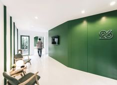 긴장감을 완화시켜주는 초록색의 싱그러운 오피스 로비 인테리어 태국의 TV 프로덕션 오피스의 ...