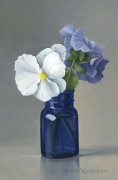 Stilleven met wit viooltje in blauw flesje van Pita Vreugdenhil