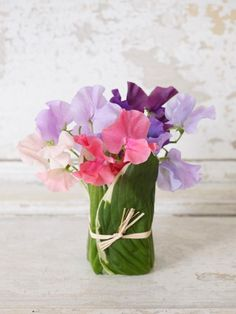 This small vase arrangement of a few loose sweet peas shows that less really is more sometimes. Its intimate scale, delicate look, subtle hues and light fragrance provide an irresistable sensory delight.