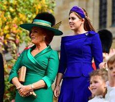 Britain's Sarah, Duchess of York and her daughter Britain's Princess Beatrice of York wave off Britain's Princess Eugenie of York and her husband Jack Brooksbank after their wedding ceremony. Sarah Ferguson, Prince William Wife, Prince Andrew, Sarah Duchess Of York, Duchess Kate, Wedding Photo Pictures, Eugenie Wedding, Adele, Eugenie Of York