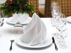 5 tips on how to choose the right napkin folding technique for you! - Decoration Solutions 5 tips on how to choose the right napkin folding technique for you! White Christmas, Christmas Time, Christmas Crafts, Xmas, Christmas Place, Easy Napkin Folding, Deco Table Noel, Holiday Tables, Decoration Table