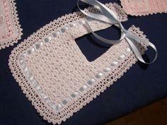Babero Crochet Baby Bibs, Crochet Baby Sandals, Crochet Baby Clothes, Crochet For Kids, Baby Knitting, Thread Crochet, Crochet Yarn, Free Crochet, Baby Bibs Patterns
