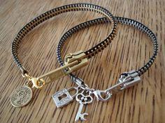 DIY Zipper Bracelet ( With Video Include) ❤️ – Diy Bracelets İdeas. Halloween Geist, Jewelry Crafts, Handmade Jewelry, Bracelet Crafts, Zipper Bracelet, Beaded Bracelet, Zipper Crafts, Armband Diy, Do It Yourself Jewelry
