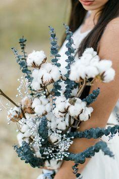 Ganz besondere Brautstrauß Kombination für die Winterbraut mit dunklem Eukalyptus und Baumwolle.